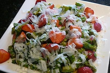 Grüner Spargel mit Erdbeeren, Rucola und Fruchtdressing 15