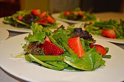 Grüner Spargel mit Erdbeeren, Rucola und Fruchtdressing 1