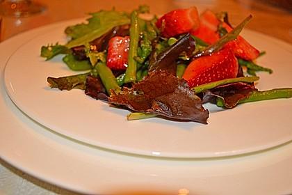 Grüner Spargel mit Erdbeeren, Rucola und Fruchtdressing 11