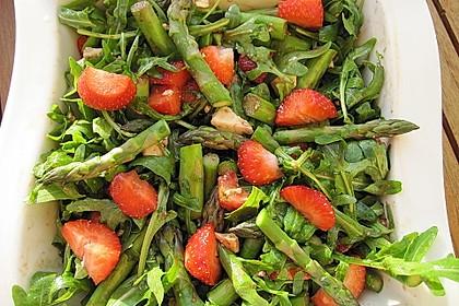 Grüner Spargel mit Erdbeeren, Rucola und Fruchtdressing 7