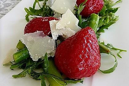 Grüner Spargel mit Erdbeeren, Rucola und Fruchtdressing 2