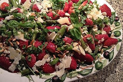 Grüner Spargel mit Erdbeeren, Rucola und Fruchtdressing 12