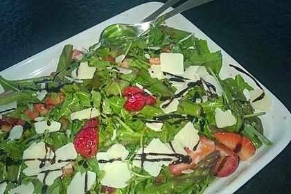 Grüner Spargel mit Erdbeeren, Rucola und Fruchtdressing 13