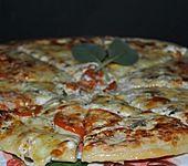 Pizza mit Mozzarella, Salbei, Bärlauch und Tomaten