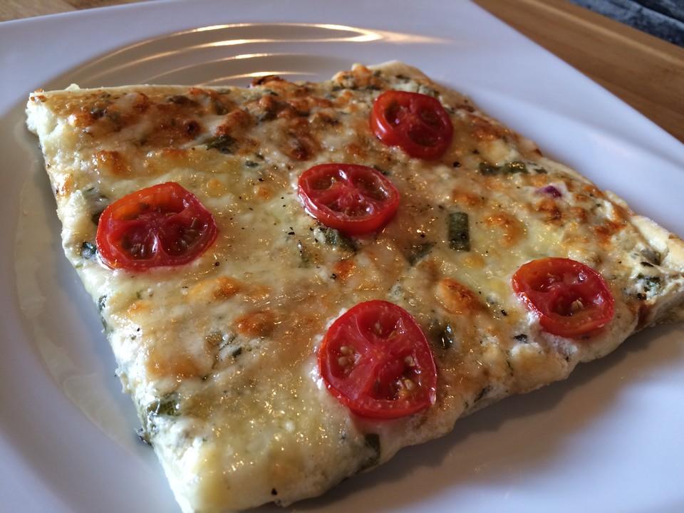 pizza mit mozzarella salbei b rlauch und tomaten rezept mit bild. Black Bedroom Furniture Sets. Home Design Ideas