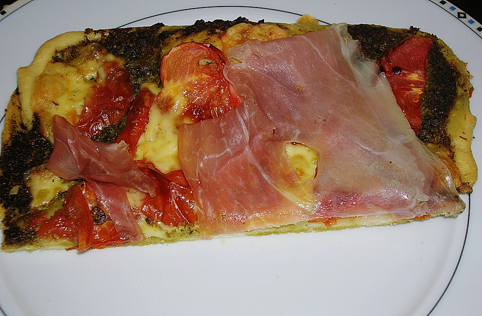 pizza mit pesto tomaten und schinken von kaya1307. Black Bedroom Furniture Sets. Home Design Ideas