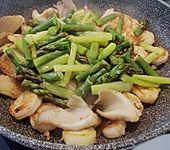 Pasta mit grünem Spargel, Garnele, Artischocken und Austernpilzen (Bild)