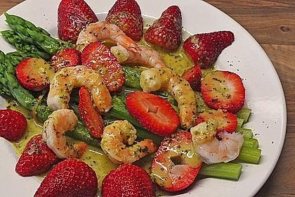 Spargelsalat mit Garnelen und Erdbeeren