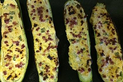 Herzhaft gefüllte Zucchini