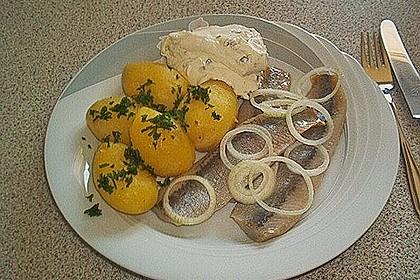 Matjesfilet mit Äpfeln und Pellkartoffeln