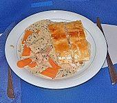 Fischstrudel mit Basilikumsauce, Karotten und Salat (Bild)