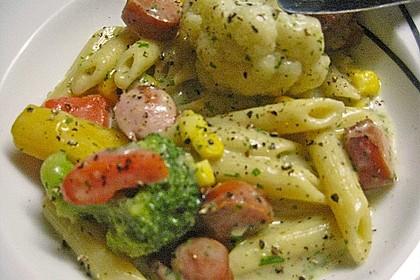 Gemüse-Nudelpfanne mit Wiener Würstchen