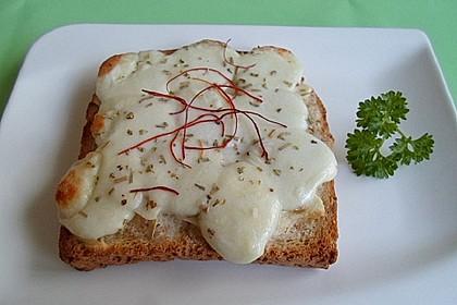 Überbackenes Naan-Brot mit Mozzarella und Knoblauch