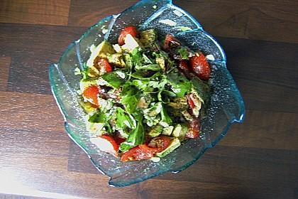 Tomate-Mozzarella-Avocado Salat 14