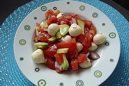 Tomate-Mozzarella-Avocado Salat 11