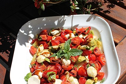 Tomate-Mozzarella-Avocado Salat 3