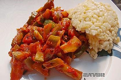 Zucchini-Gemüse mit grünen Bohnen und Tomaten