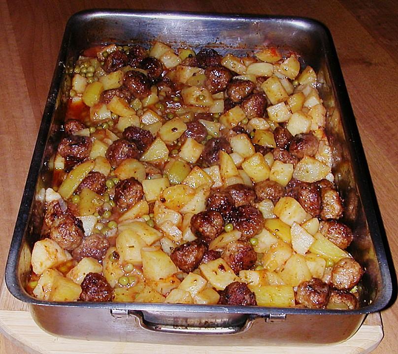 Deutsche Hackbällchen auf italienischen Ofenkartoffeln und Tomaten ...