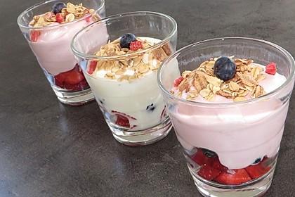 Sommerliches Müsli mit Obst und Joghurt