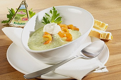 Zucchini-Suppe mit Räucherlachs und Baguette