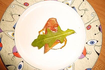 Rosmarin-Parmesantaler mit Lachsschinken und Rucola