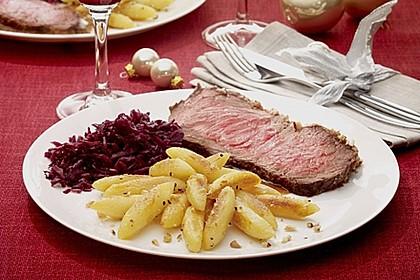 Roastbeef mit Nusskruste, Punsch-Rotkohl und Nuss-Kartoffelnudeln