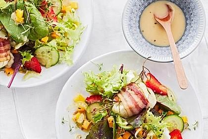 Gebackener Ziegenkäse im Speckmantel auf fruchtigem Salat mit Honig-Senf-Vinaigrette 2