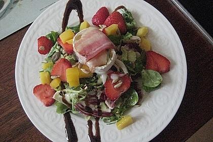 Gebackener Ziegenkäse im Speckmantel auf fruchtigem Salat mit Honig-Senf-Vinaigrette 4