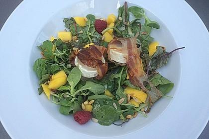 Gebackener Ziegenkäse im Speckmantel auf fruchtigem Salat mit Honig-Senf-Vinaigrette 1