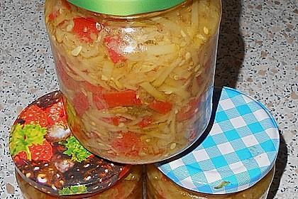 Sauer eingelegter Zucchini-Mix