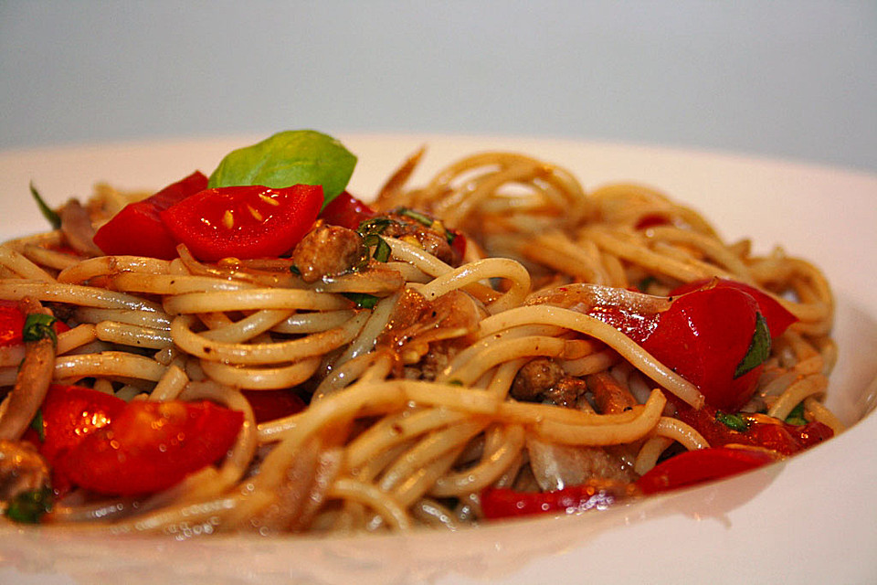 spaghetti mit tomate und mozzarella von bathory13. Black Bedroom Furniture Sets. Home Design Ideas