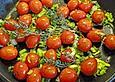 Gebratene Cherrytomaten mit Knoblauch, Basilikum, Majoran und Zwiebelgrün