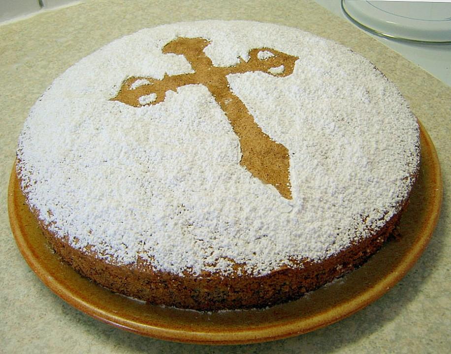 una torta semplice spolverata di zucchero a velo tranne per il segno di una croce antica