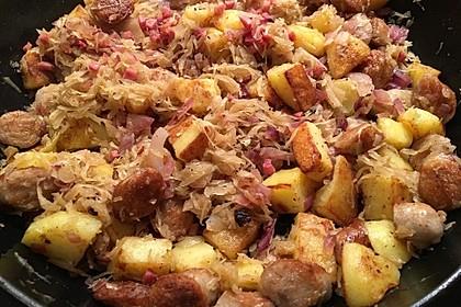 Kartoffel-Bratwurst Pfanne mit Sauerkraut