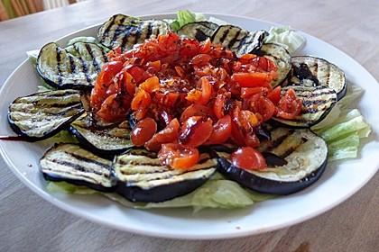 Gegrilltes Auberginen-Carpaccio mit scharfer Tomatensalsa 1
