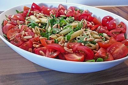 Nudelsalat mit Rucola, Tomaten und Pinienkernen