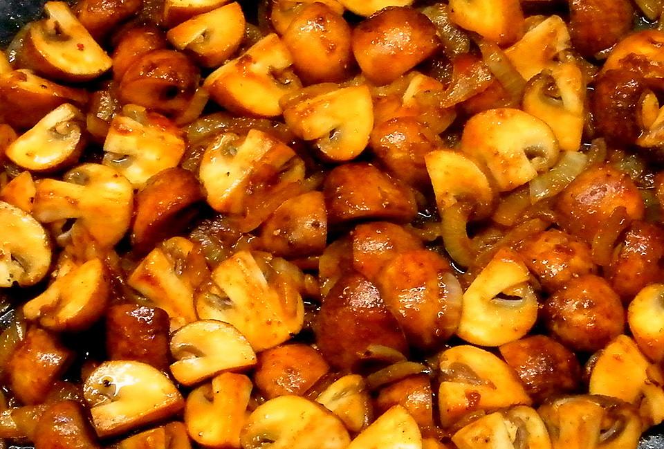 frische champignons mit zwiebeln gebraten rezept mit bild. Black Bedroom Furniture Sets. Home Design Ideas