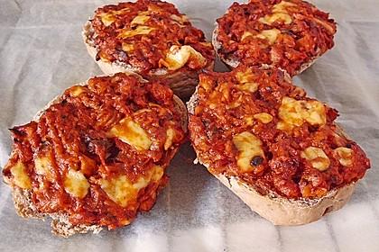 Brötchen mit Scheiblettenkäse und Heringsfilet in Tomatensoße gebacken
