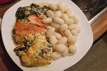 Süß-scharfer Lachs auf Spinat mit Sahnesauce und Honigkruste 43