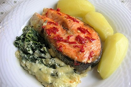Süß-scharfer Lachs auf Spinat mit Sahnesauce und Honigkruste 3