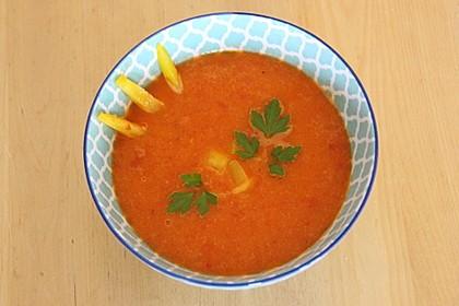 Rote Paprikasuppe mit weißen Bohnen
