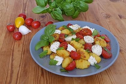 Gnocchisalat mit Tomaten und Mozzarella