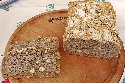Veganes, glutenfreies Buchweizenbrot mit Nüssen und Samen 3