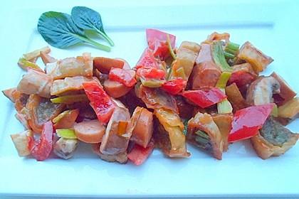 Maultaschen mit Gemüse in Tomaten-Sahne-Soße