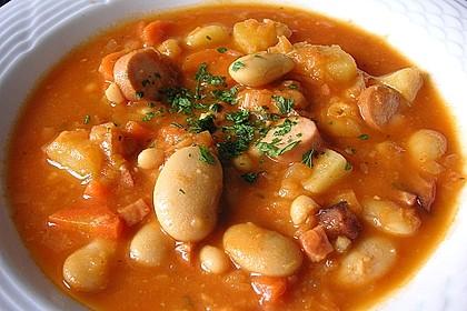 Bohneneintopf mit Würstchen und Kartoffeln