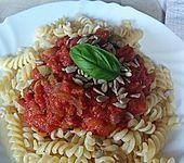 Fusilli mit Tomaten-Oliven-Soße und Sonnenblumenkernen