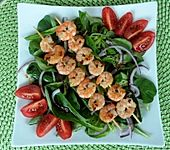 Scampi-Spieß auf Feldsalat
