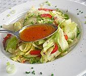 Würziges Salatdressing mit Essig und Zitronensaft