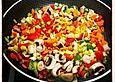 Gebratenes Gemüse mit Hähnchenbrustfilet in Erdnussbutter-Sahne-Sauce
