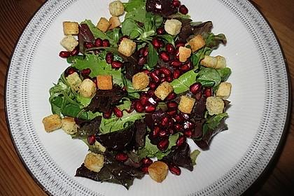 Pflücksalat mit Croutons und Granatapfel